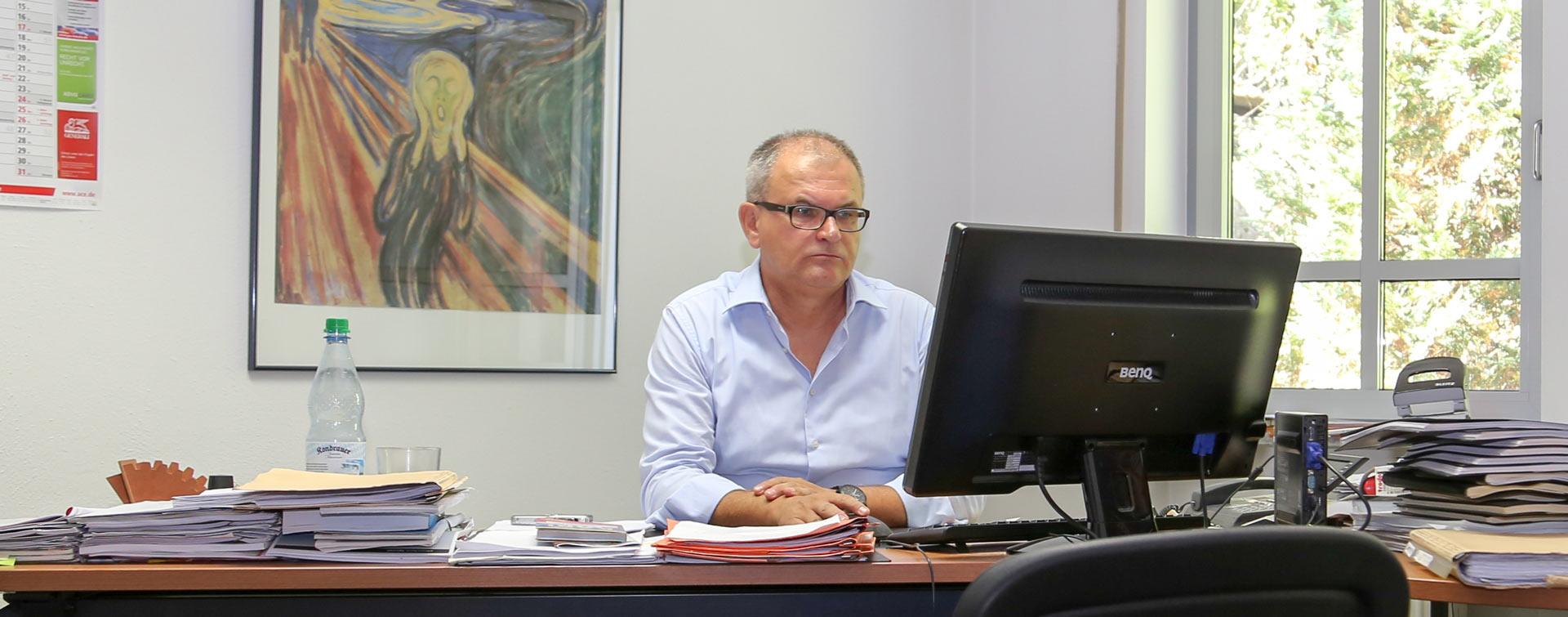Rechtsanwalt Robert Haslbeck in seiner Kanzlei in Dingolfing